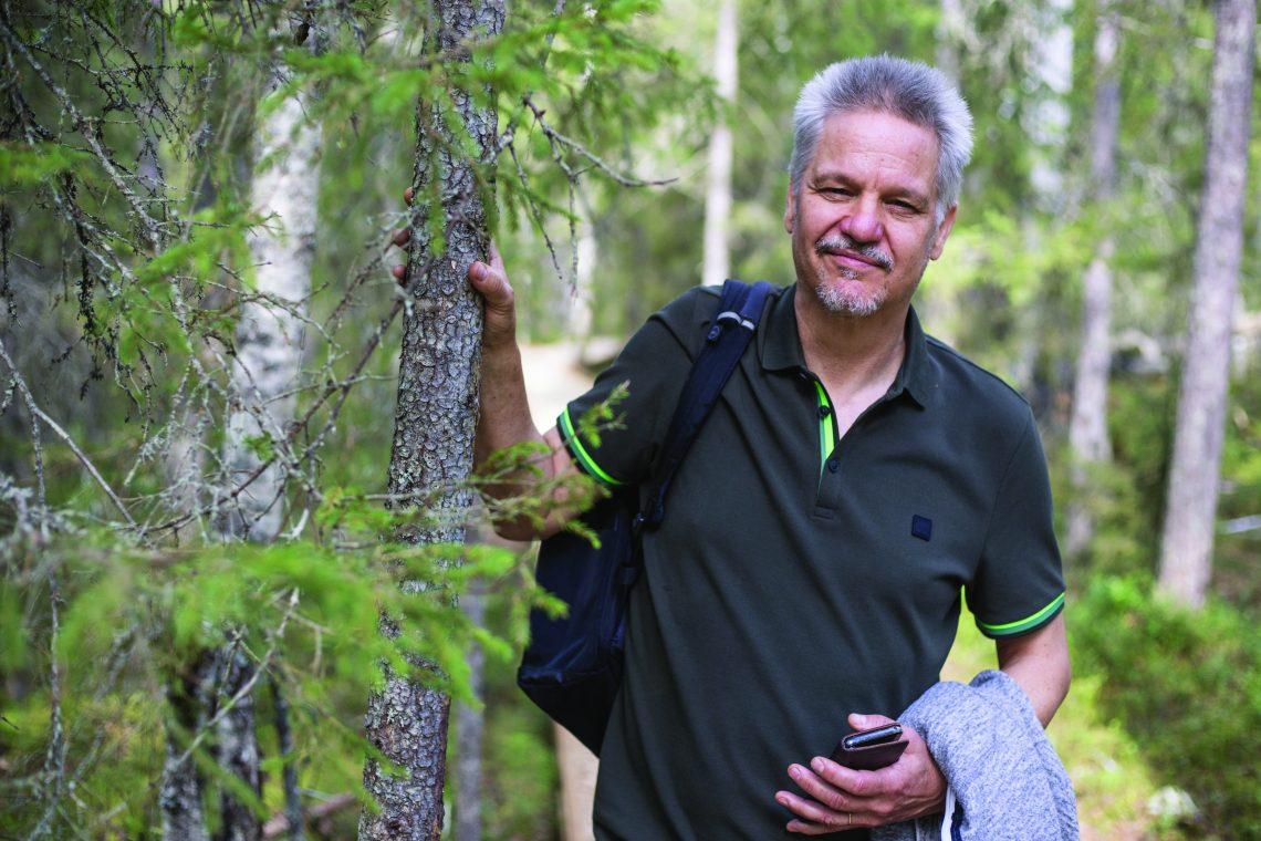 Sakari Kokkonen metsässä