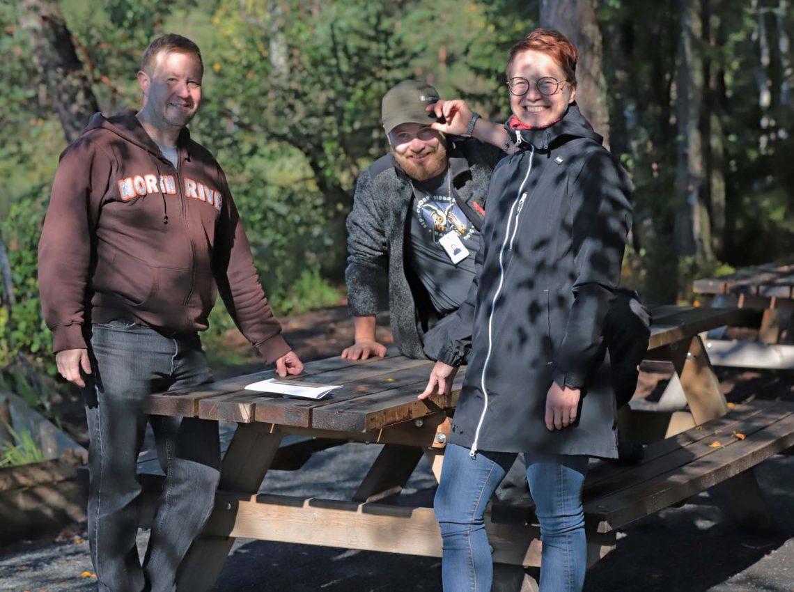 Antti Raita, Valtteri Lukka ja Minna Saukko on kerääntyneet taukopaikan pöydän ääreen.