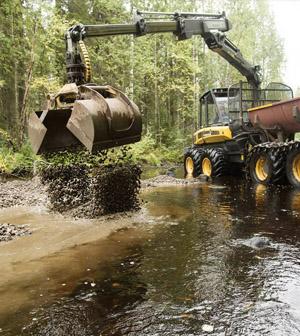 Kaivuri matalassa vedessä