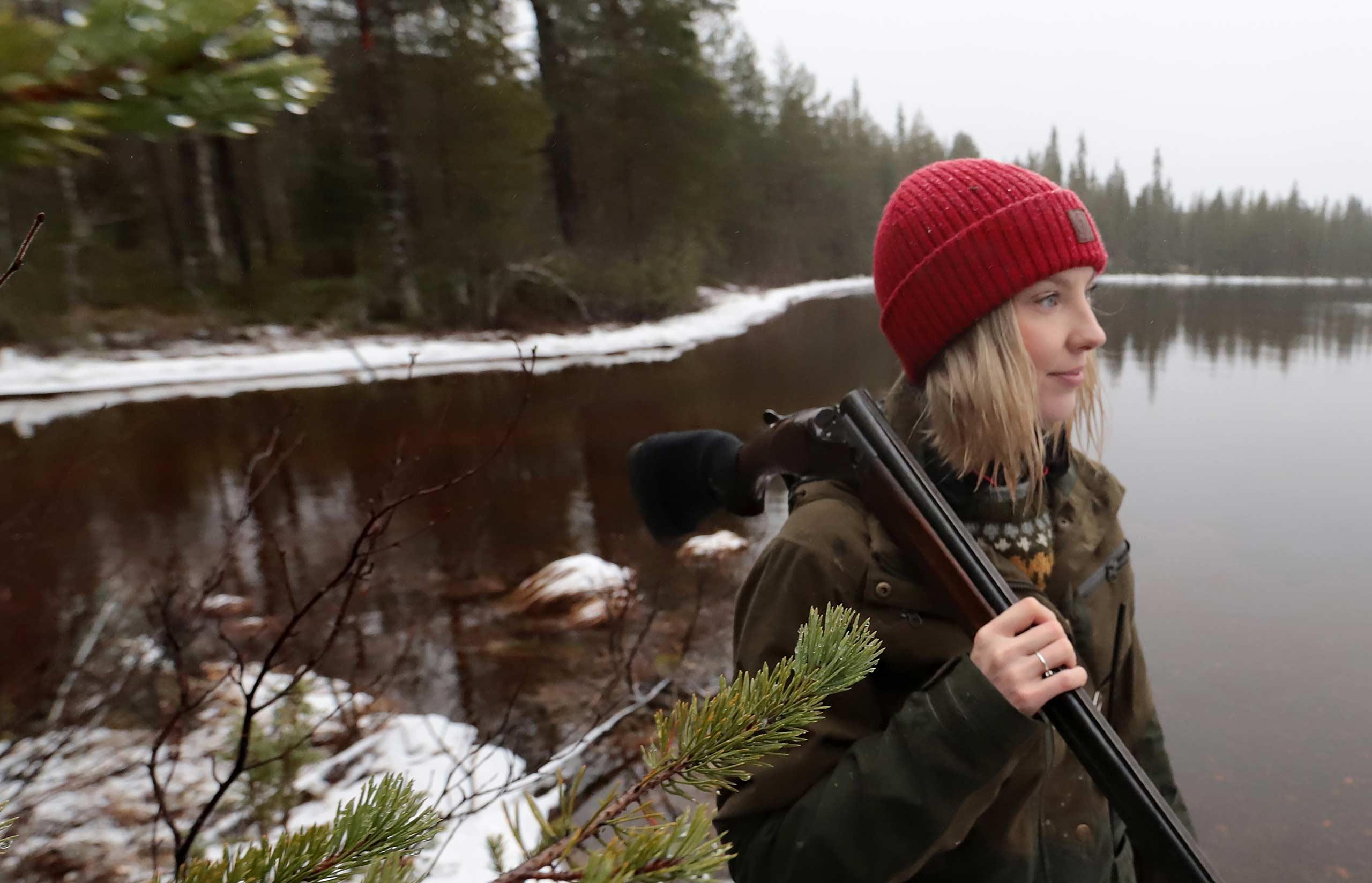 Marjo Kämäräinen järven rannalla