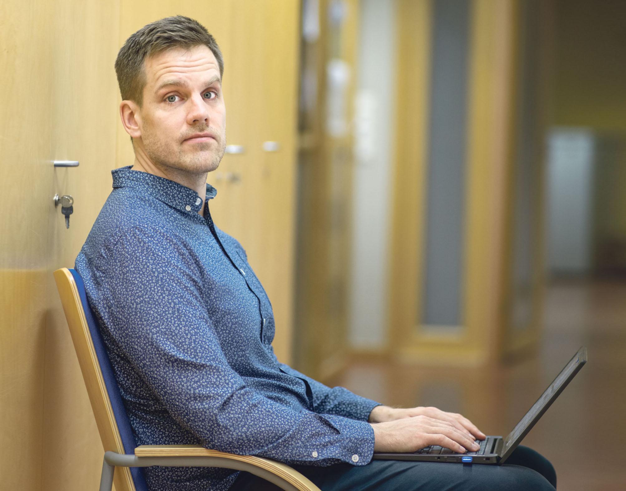Ville Koskimäki työskentelee läppärillä