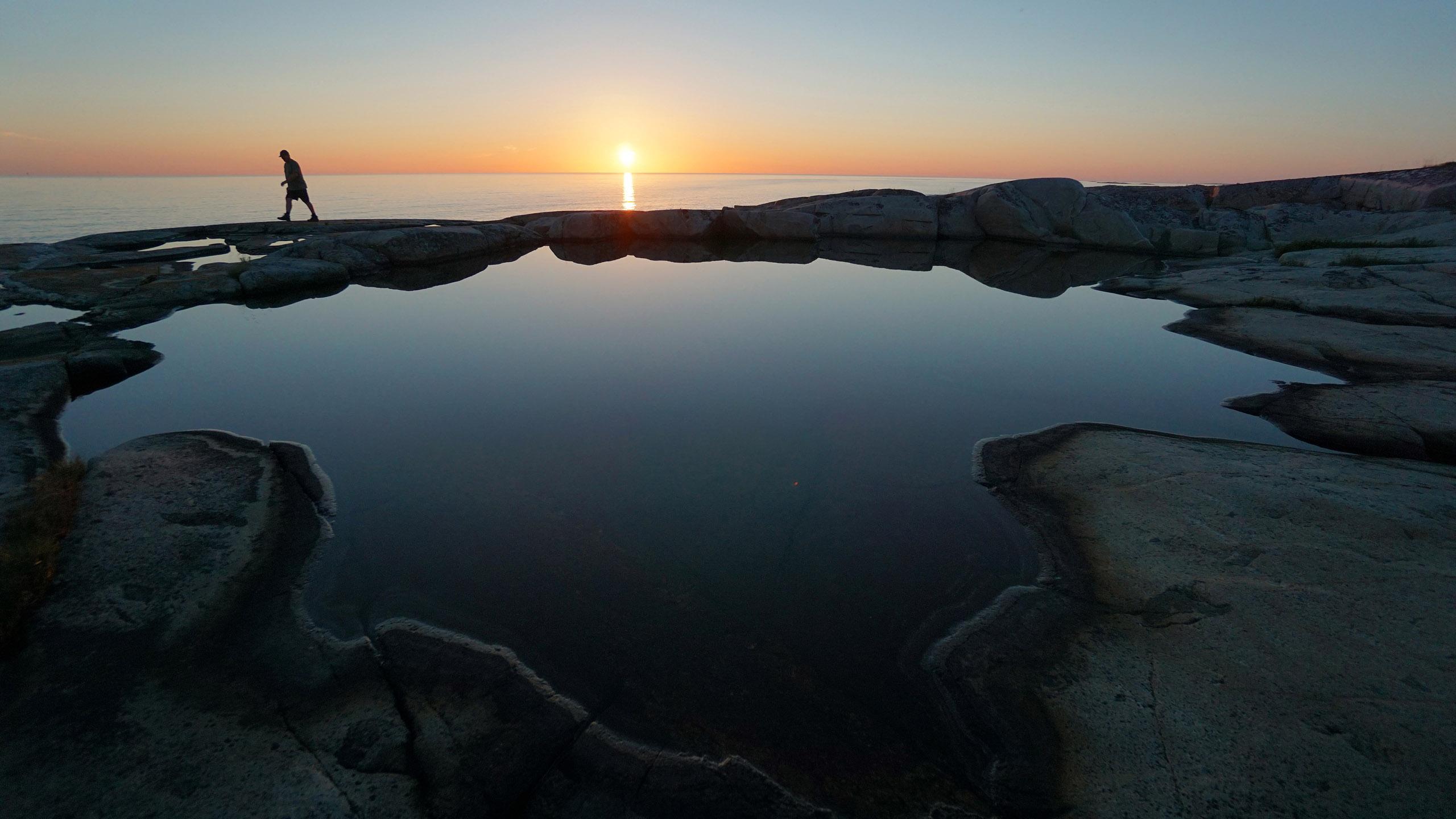 Auringonlasku merellä
